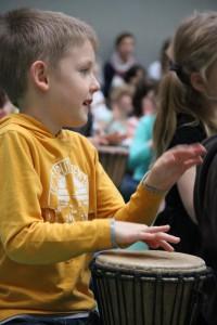 Mit Konzentration und Spaß beim Trommeln