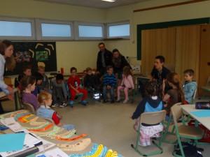 """Die Kinder im """"Australien-Projekt"""" lernen gemeinsam mit Herrn Orfgen ein typisches australisches Kinderlied."""